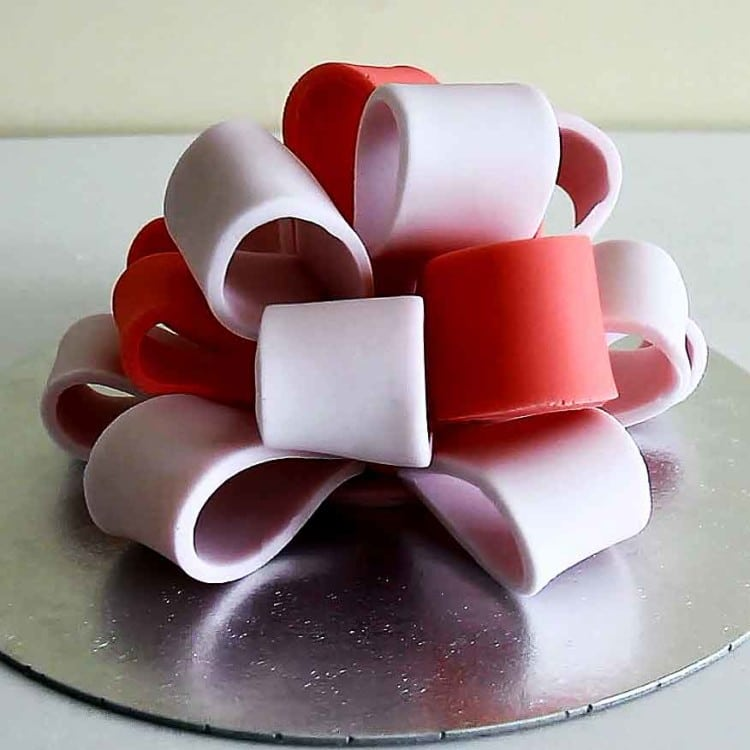 How to make a Fondant Icing Big Bow for Cake Decorating | happyfoodstube.com