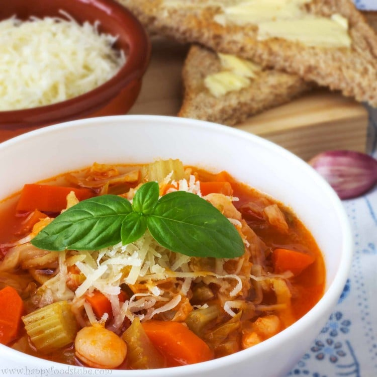 Minestrone Soup | happyfoodstube.com