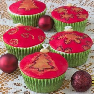 Christmas Baubles Cupcake Toppers | happyfoodstube.com