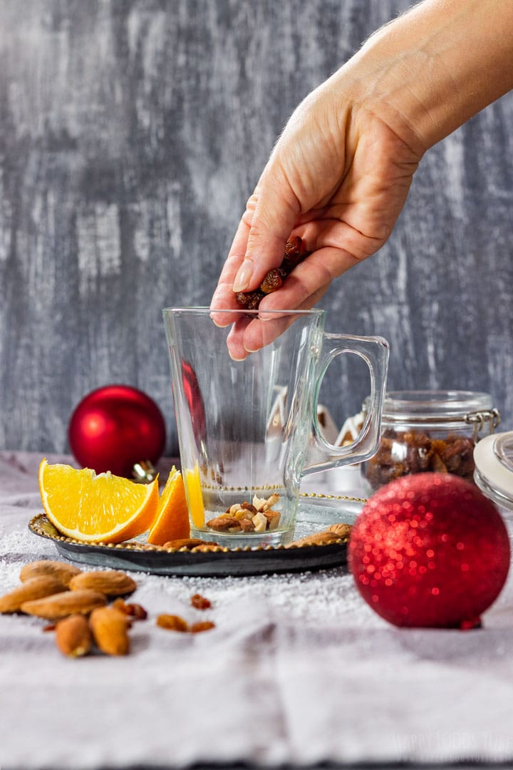 Adding raisins and nuts to mulled wine