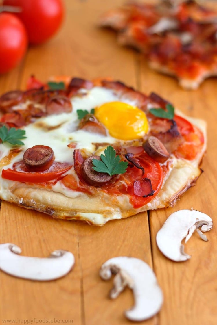 Breakfast Pizza - Breakfast pizza with bacon, mushrooms, beans and eggs is the way to start your day! All your favorite things on a pizza crust! It's hard to resist this deliciousness! ♡ | happyfoodstube.com