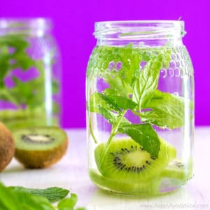 Kiwi and Mint Infused Water Recipe + 5 Tips for perfect Infused Water - Perfect for hydrating on hot summer days! ❤   happyfoodstube.com