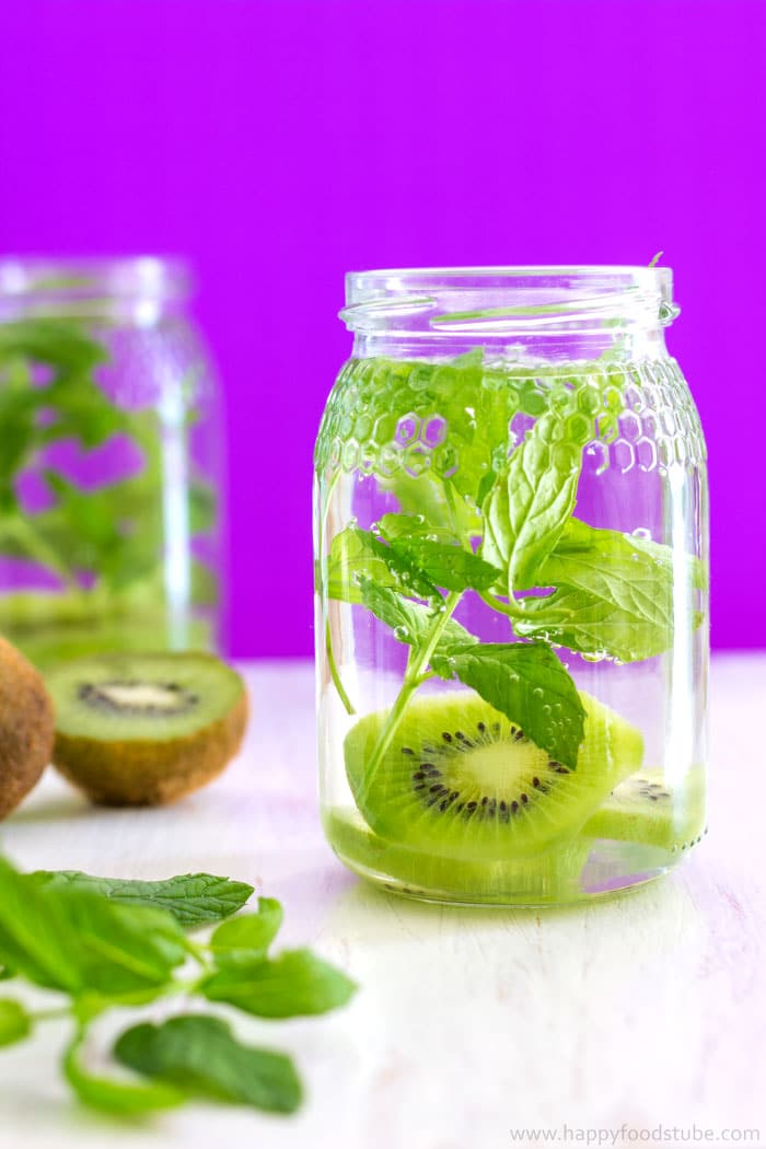 Kiwi and Mint Infused Water Recipe + 5 Tips for perfect Infused Water - Perfect for hydrating on hot summer days! ❤ | happyfoodstube.com