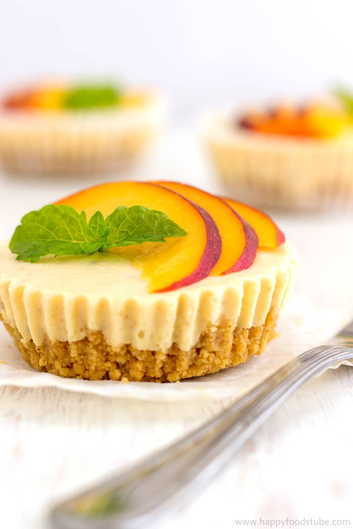 Mini No Bake Peach Cheesecake Bites are so delicious party food. Make ahead mini desserts and go fast every time! | happyfoodstube.com