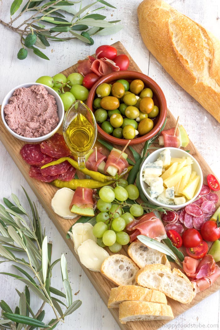 Easy Mediterranean Antipasti Platter recipe. Great party platter ideas for Rio Olympics 2016! | happyfoodstube.com