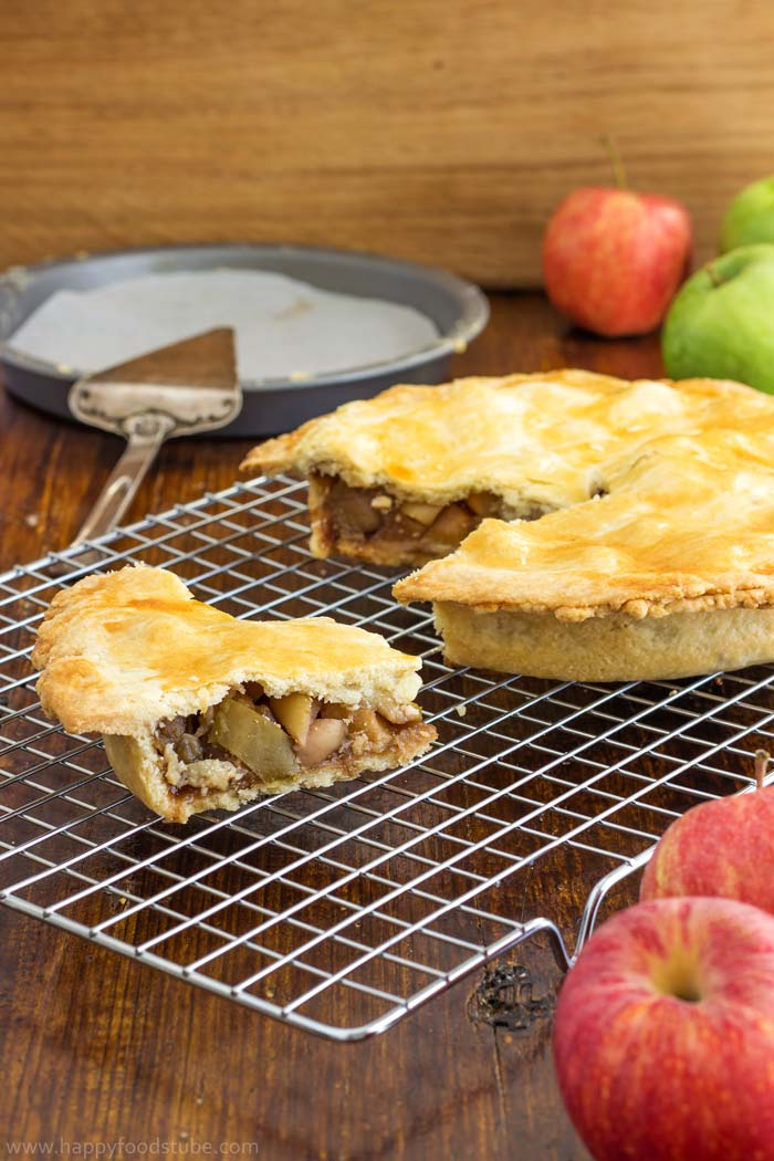 Super easy homemade apple pie recipe with fresh apples. Only 4 ingredients! | happyfoodstube.com