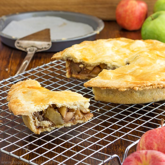 Super easy homemade apple pie recipe with fresh apples! | happyfoodstube.com