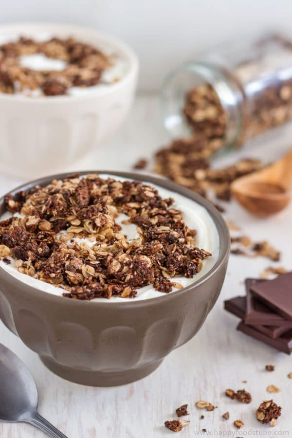 Homemade 5 Ingredient Dark Chocolate Granola. This healthy breakfast or snack is also gluten free & nut free! | happyfoodstube.com