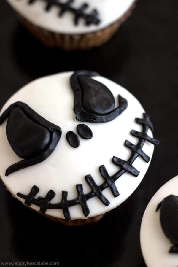 Halloween Jack Skellington Cupcake Toppers. Easy cake/cupcake decorating tutorial! | happyfoodstube.com