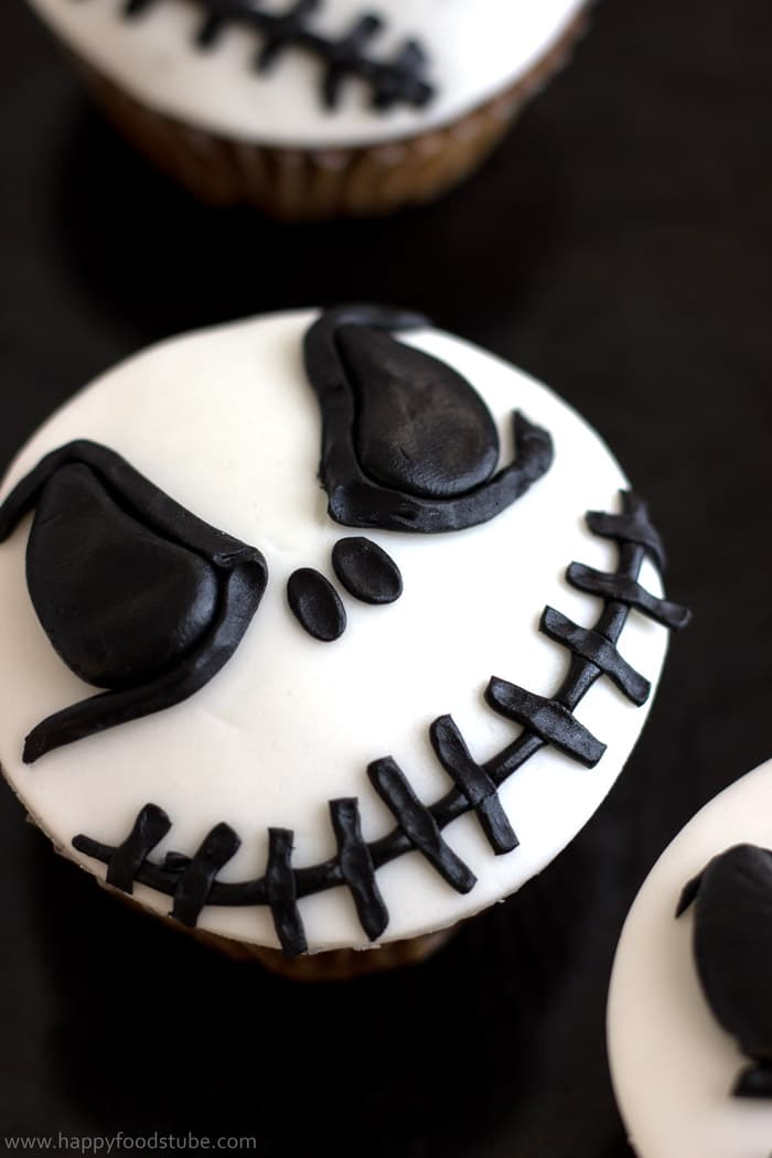 Halloween Jack Skellington Cupcake Toppers. Easy cake/cupcake decorating tutorial! | happyfoodstube.com