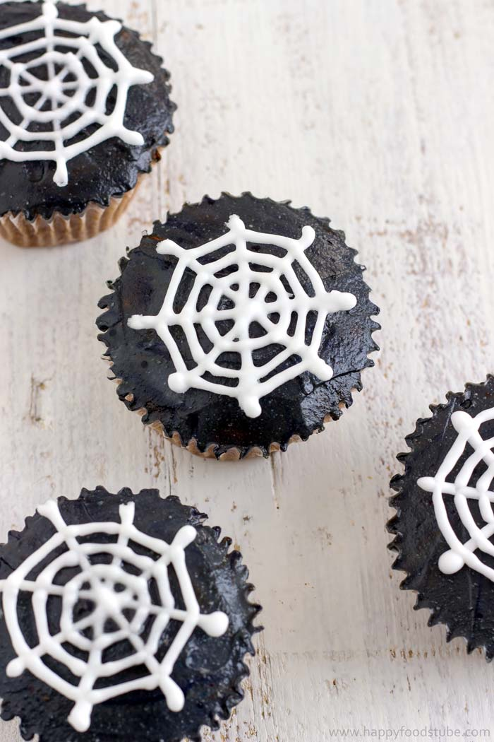 Halloween Spider Web Cupcake Toppers. Easy Tutorial. | happyfoodstube.com