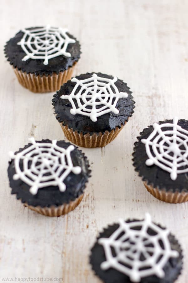 How to make Halloween Spider Web Cupcake Toppers. They are made with royal icing and you need only simple tools! | happyfoodstube.com