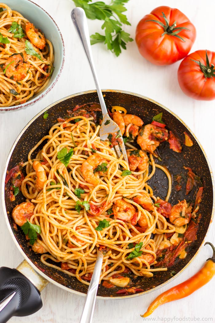 Spicy Shrimp Spaghetti with Tomato Sauce. Easy home cooking recipe | happyfoodstube.com