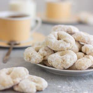 White Wine Cookies – Rollitos de Vino Blanco | happyfoodstube.com