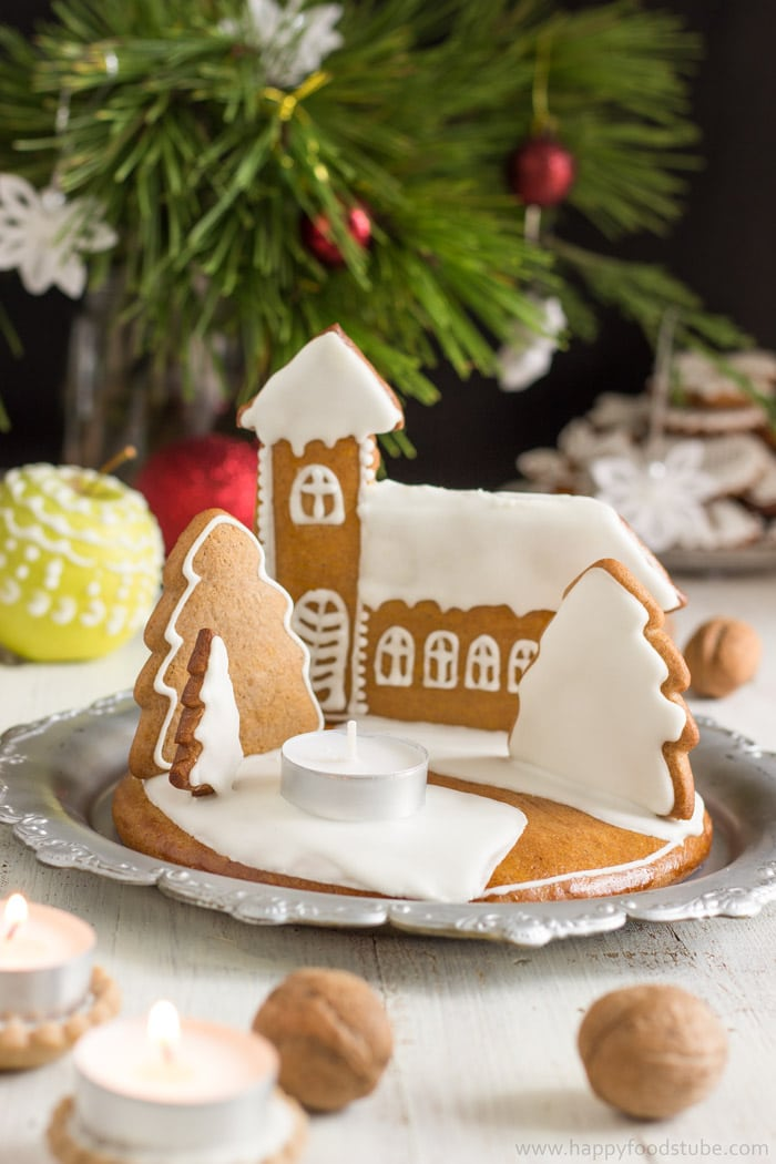 Gingerbread Christmas Candle Holder. This lovely centerpiece is easy to make and smells amazing! | happyfoodstube.com