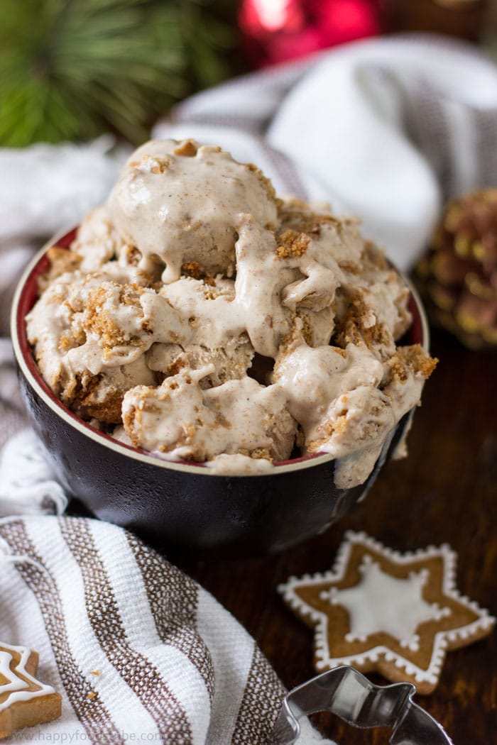 Homemade Gingerbread Ice Cream Recipe. Only 5 ingredients. Ready in 15 minutes | happyfoodstube.com