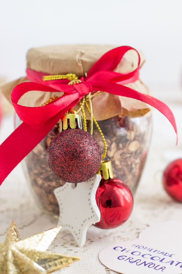 Homemade Edible Christmas Gifts - Chocolate Granola in a Jar | happyfoodstube.com