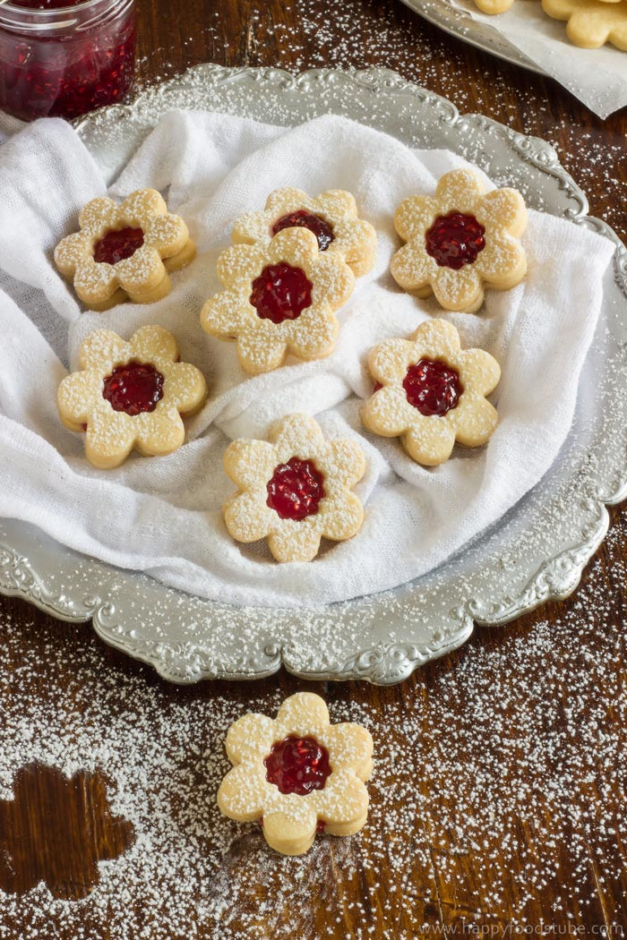 Homemade Linzer Cookies with Raspberry Jam. Only 5 ingredients and ready in 20 minutes | happyfoodstube.com