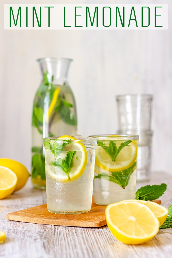 This homemade mint lemonade is refreshing, tasty and perfect for summer parties. This summer drink is made with fresh lemon juice and fresh mint and only takes minutes to make. #happyfoodstube #mint #lemonade #drink #recipe #summer #healthy #detox #vegan #refreshing #paleo
