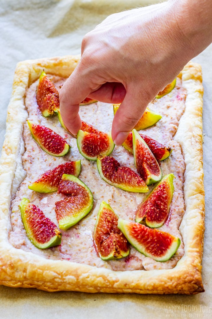 Topping fig tart with fresh figs