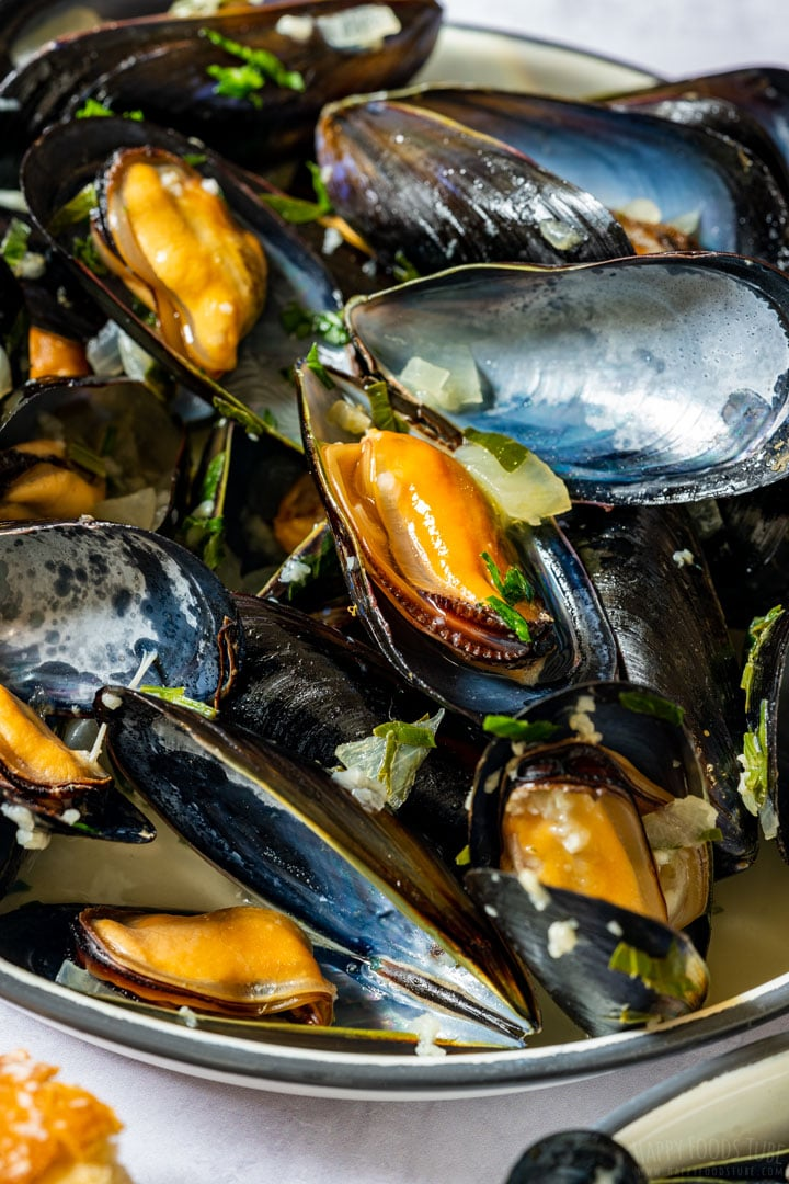 Steamed mussels in white wine and garlic sauce
