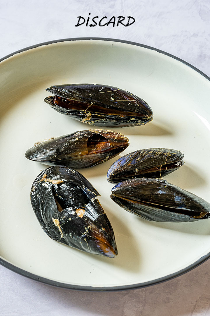 Mussels with broken shells should be always discarded
