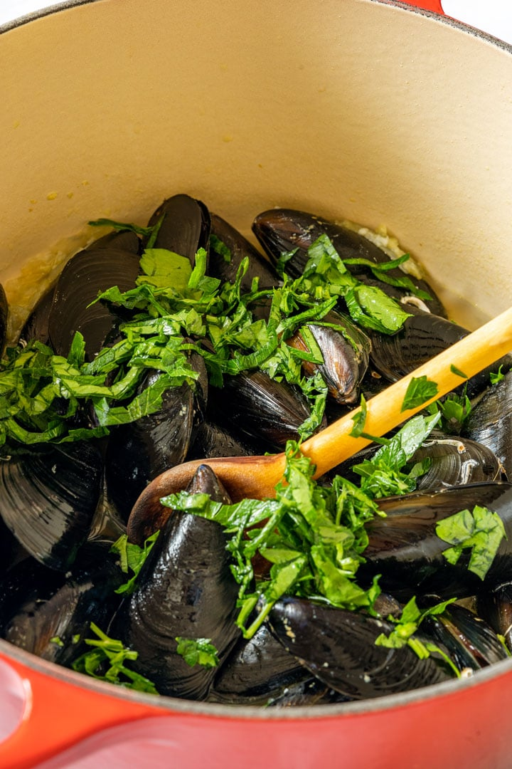 Mussels and herbs in dutch owen